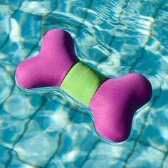 Con Karlie Aqua Bone l'estate può finalmente arrivare! Uno colorato osso galleggiante per un rinfrescante divertimento dentro e fuori l'acqua.