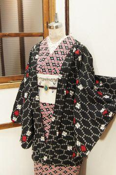 黒地に白でデザインされた網目のような亀甲に、凛と映える赤と白の撫子のような花模様が重ねられたウールの羽織です。