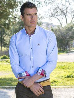 Camisa lisa celeste La Española con cuello y vuelta puño de cuadros rojos tartan