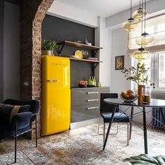 15 kitchen cleaning hacks Cozy kitchen design for small spaces! Love how a brick wall can give that extra charachter to a room . Loft Interior, Apartment Interior Design, Decor Interior Design, Interior Lighting, Luxury Interior, Loft Design, Küchen Design, House Design, Budget Home Decorating