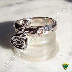 Anillo en plata de ley 925 con piedras semipreciosa de circonita. Tamaño aprox.: 0,5x0,5cm Tamaño anular: 14 http://www.princesslarashop.com/tienda.php?dir=43#