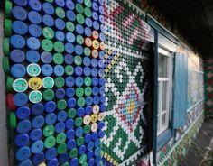 Trentamila tappi riciclati, il mosaico è di plastica