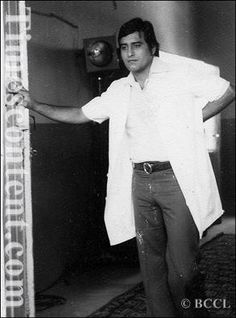 Down The Memory Lane: The film 'Adha Din Adhi Raat' featuring Vinod Khanna and Shabana Azmi was being filmed in Pune's Deccan College. In between takes Vinod Khan. Vinod Khanna, Bollywood Photos, On Set, Love Him, My Idol, Actors & Actresses, Handsome, Scene, College