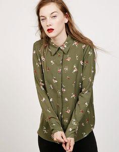 Camisa estampado flores. Descubre ésta y muchas otras prendas en Bershka con nuevos productos cada semana