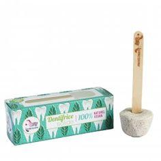 Le dentifrice solide.  Une belle trouvaille! Mouillez votre brosse à dents puis frottez-la sur votre cube de dentifrice pour le faire mousser. Brossez-vous les dents comme vous le faites avec votre dentifrice habituel et rincez-vous la bouche !