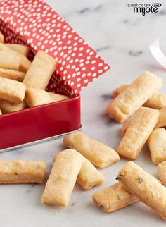 Impress your guests with these super flavourful and simple crackers. The creaminess of PHILLY, the savoury parm and flavourful thyme make for the perfect cracker for your next gathering. Parmesan, Snack Recipes, Snacks, Yummy Recipes, Make Your Own Crackers, Candy Bar Cookies, My Cookbook, What To Cook, Food And Drink
