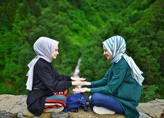 Dost, gülüşünde samimiyetini hissettiğimden beri ve sonsuza kadar👭 Hijabi Girl, Girl Hijab, Hijab Outfit, Niqab Fashion, Muslim Fashion, Bff, Bestfriends, Video Hijab, Friends Picture Frame