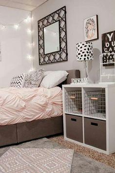 Habitación tonos rosas, gris y café. Luces blancas pared