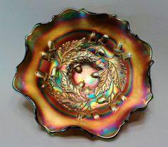 """Antigo Bowl em Vidro Fogo / Carnival Glass Cor Púrpura com Desenhos em Relevos, Padrão """"Acorn"""" (Bolota). Fenton, USA, Cerca de 1920."""