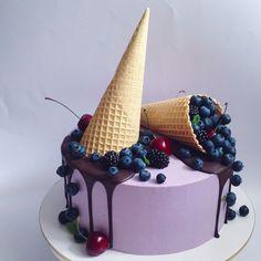 Шоколадный торт с шоколадным и сырным кремом с ягодами. Автор Instagram.com/AnastasiiaFilipova