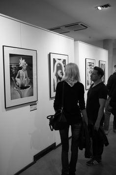 """Ausstellungseröffnung und Bildband ONE Präsentation des schwarz-weiss Kampagnen Fotografen Szymon Brodziak in Köln! Szymon Brodziak's beeindruckende Fotografien können Sie bis zum 15. November 2014 in der """"THE ARTROOM KunstgalerieLudwig Straße , 50667 KölnGallery"""" bestaunen."""