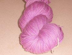 Flot lys pastel violet håndfarvet corriedale mellemkraftigt garn. Garn i en mellemkraftig tykkelse er nok den mest populære garntykkelse til mange strikkeprojekter. Garnet et 3-trådet og velegnet til jumpere, tørklæder og alle beklædningsdele, der bæres tæt på huden, da det er meget blødt og er håndfarvet i en smuk levende rødlilla. Jeg har håndfarvet med farveægte og ugiftig syrefarvestof.  De små nøgler på 25 gram vil være fine til Fair Isle strik eller alle andre projekter der kræver…