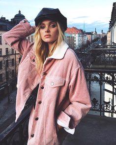 O veludo cotelê está de volta (junto com as boinas) e a top do momento @hoskelsa mostra como usá-lo de maneira jovem cool no tom da temporada: o pink millennial Nossa inspiração do dia para o friozinho de São Paulo #FhitsInspiration #PinkMillennial #Corduroy #Winter #ElsaHosk