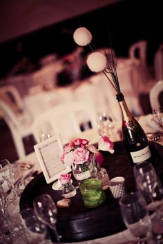 Table decoration with garden roses - French wedding in Champagne - By Florésie - Photo Elisabeth Perotin