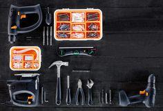 Opstelling met boorhamer, decoupeerzaag, schroevendraaier, laserwaterpas en ander gereedschap
