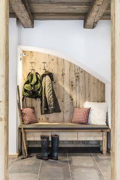 sensationelles uriges klo dekoriert mit holz als plumpsklo in strobl sterreich garten. Black Bedroom Furniture Sets. Home Design Ideas