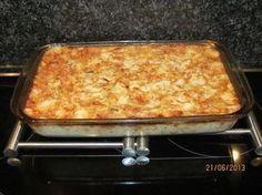 Blitsvinning in die mikrogolfoond. 6 tot 8 porsies. 1 blikkie tuna gedreineer, 1 middelslagui gerasper, 50 ml blatjang, 50 ml mayonnaise, 2 eiers geklits, 100 ml volroommelk, 1 groot pak (125 g) kaas-en-uie-tjips fyngedruk, 3/4 kop cheddarkaas gerasper. 1. Meng alle bestandele in mengbak 2. Spuit mikrogolfvaste tertbord van 20 cm met kossproei 3. Giet …
