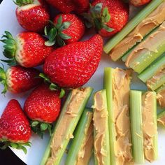 celery with peanut butter + fresh strawberries . a delicious snack from the past ✿ Aipo com manteiga de amendoim + morangos frescos. Lunch Snacks, Yummy Snacks, Healthy Snacks, Healthy Eating, Yummy Food, Healthy Recipes, Eating Raw, Aesthetic Food, Food Inspiration