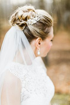 Chic Winter Lodge Wedding high+bun+wedding+hairstyles,+tup+bun+hairstyles+for+brides+-+top+bun+weddi Bridal Hair Updo, Wedding Hair And Makeup, Wedding Hair Accessories, Bridal Hair With Veil Updo, Updo Veil, Bridal Bun, Wedding Hairstyles For Medium Hair, Veil Hairstyles, Bridal Hairstyles