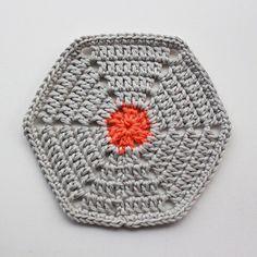 Crochet hexagon // Hæklet Sekskant pattern by Jeanette Bøgelund Bentzen Modern Crochet, Knit Or Crochet, Learn To Crochet, Crochet Motif, Crochet Patterns, Crochet Afghans, Crochet Blocks, Granny Square Crochet Pattern, Crochet Diagram