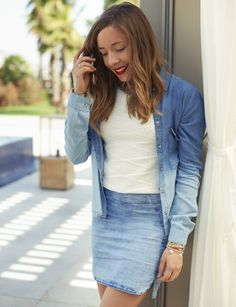 Chloé, author of La Penderie de Chloé, is with a tie-dye shirt, a white top and a denim skirt! A great Salsa total outfit! #salsajeans #proudlysalsa #summerindenim