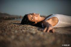 Ανάμεσα σε ταξίδια στην Ελλάδα, την Ιταλία και την Κωνσταντινούπολη, η Αντιγόνη Κουλουκάκου ανακαλύπτει την ουσία σε δέκα λέξεις της καθημερινότητάς της και αποχαιρετά το καλοκαίρι με αισιοδοξία και δημιουργική προσμονή για τα επόμενα σχέδιά της. Couple Photos, Reading, Couples, People, Books, Couple Shots, Libros, Book, Couple Photography