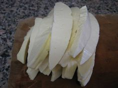 4. Порезать сыр средними кусочками.