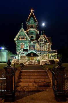 ✮ Carson Mansion at Christmas with Moon
