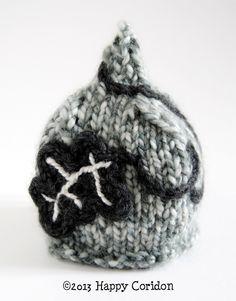 Due cappelli pixies per bebè, lavorati a maglia e a crochet.