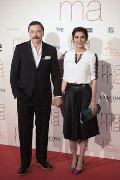 Cecilia Gessa con blusa de Laura Bernal, falda de Lolitas&L, bolso de Barada Luxury y joyas de Daniel Espinosa Jewelry