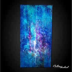Grand tableau bleu sur panneau de bois naturel.