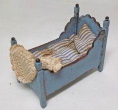 Dolls-house-miniature-artisan-de-et-colorees-petit-lit-par-JEANET-dekker
