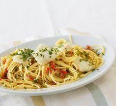 Aglio e Olio mit Fisch: Knoblauch-Chili-Öl, Kabeljau und Petersilie, mehr braucht diese Pasta nicht, um glücklich zu machen.