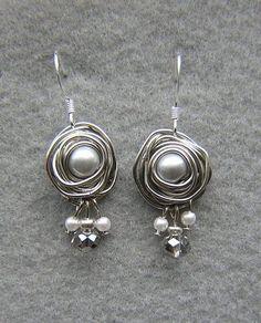 Ohrringe oder Anhänger aus Perlen und umgewickelten Draht