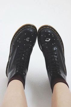 Doc Martens have been in style for almost 60 years, discover what made them so popular. We also discuss how to wear them in style! Dr. Martens, Doc Martens Stiefel, Sock Shoes, Cute Shoes, Me Too Shoes, Shoe Boots, Doc Martens Outfit, Doc Martens Boots, Festival Mode