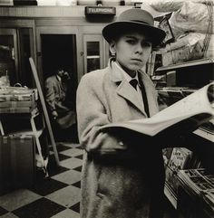 Diane Arbus, Ragazzo che legge una rivista, New York City, 1956