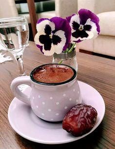 Coffee and flowers Coffee Vs Tea, Coffee Gif, Brown Coffee, Coffee And Books, Coffee Love, Coffee Break, Momento Cafe, Glace Fruit, Art Cafe