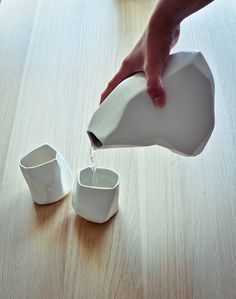 Porcelanowy zestaw zainspirowany przypadkowymi odkształceniami gliny podczas przygotowywania jej do pracy.