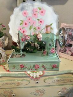 Vintage Sewing Rooms, Decoupage, Featherweight Sewing Machine, Diy And Crafts, Arts And Crafts, Decorated Wine Glasses, Antique Sewing Machines, Button Crafts, Sewing Notions