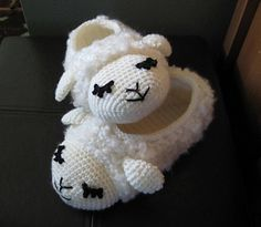 Sheepy Slippers....  so cute!  Pantuflas a crochet de ovejita ♥