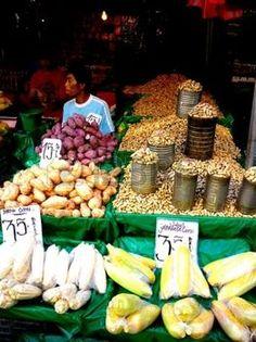 vendor: Asian venditore ambulante piante sarchiate vendita e cibo in Quiapo, Manila, Filippine in Asia