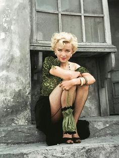 Offbeat photo of blonde bombshell Marilyn Munroe. Monroe was an American act… Offbeat photo of blonde bombshell Marilyn Munroe. Monroe was an American actress, model, and singer. Famous for her ditzy blonde. Marylin Monroe, Marilyn Monroe Kunst, Marilyn Monroe Photos, Marilyn Monroe Style, Vintage Hollywood, Hollywood Glamour, Hollywood Actresses, Classic Hollywood, Hollywood Fashion