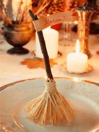Marque-place balai de sorcière en raphia et branche de bois