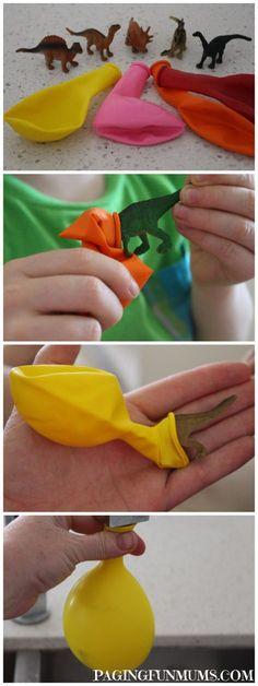 stop een plastic dino in een ballon, laat hem vol lopen met water, en stop de ballon in de diepvries. Een bevroren dino-ei! Geef zout en gereedschap om de dino's te bevrijden.