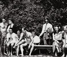 Elizabeth Short with friends Hollywood Sign, Old Hollywood, Mata Hari, Black Dahlia, Beading Projects, Iconic Women, African History, True Crime, Mug Shots