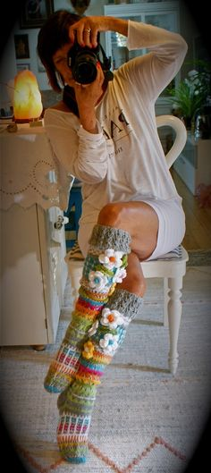 Crochet Patterns Gloves If you love socks, clap your hands. (or wiggle your toes. Loom Knitting, Knitting Socks, Hand Knitting, Knitting Patterns, Crochet Leg Warmers, Crochet Slippers, Love Crochet, Knit Crochet, Crochet Dresses