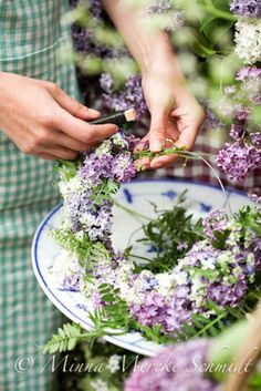 Making lilac wreath. by Blomsterverkstad.