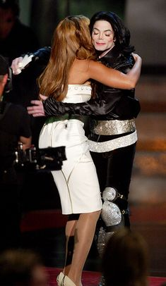 Michael accepting award from Beyonce' Beyonce World, Beyonce And Jay Z, Paris Jackson, Jackson 5, Lisa Marie Presley, Elvis Presley, Michael Jackson Cake, I Want A Hug, Hee Man