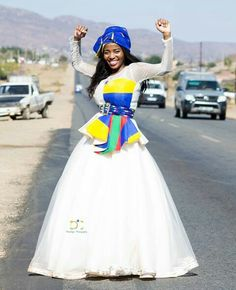 Oh the joy of being a Loving how this makoti stopped traffic for this stunning image. African Print Fashion, African Fashion Dresses, Fashion Prints, African Outfits, African Wear, African Dress, Groomsmen Outfits, South African Weddings, Traditional Dresses