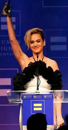 """""""Não posso mais ficar sentada em silêncio, preciso defender o que eu acredito ser verdade. Nem sempre a voz mais alta da sala, ou da tela da sua TV, tem razão. Mas aquela vozinha dentro de você é um amigo, na qual você pode confiar."""" - Katy Perry durante seu discurso ao receber o prêmio """"HRC National Equality Award""""."""